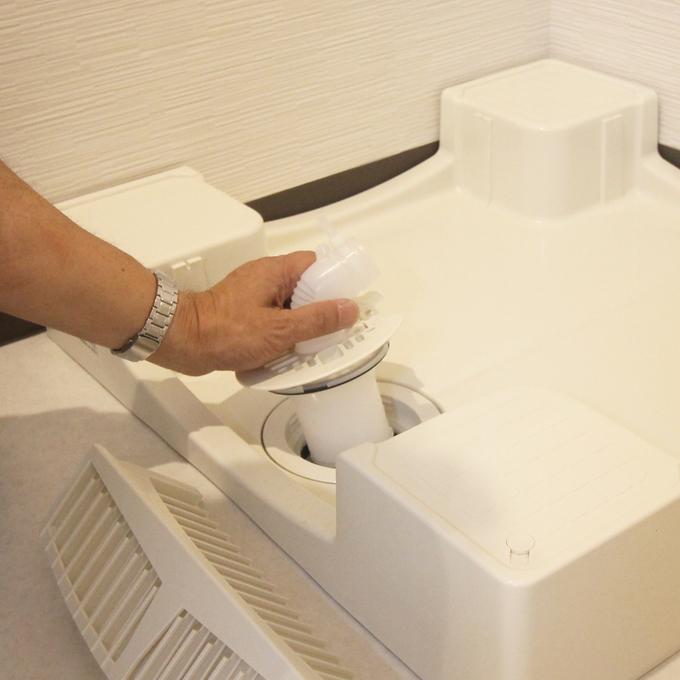 フロントカバーの取り外しで排水トラップが簡単に取り外せるためとても便利です。