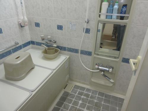 同じサイズの浴室ですが、暖かく広い洗い場でゆったり入浴できます。