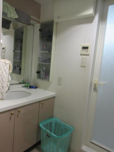 収納が少なく奥にあるものが取り出しづらい洗面台でした。