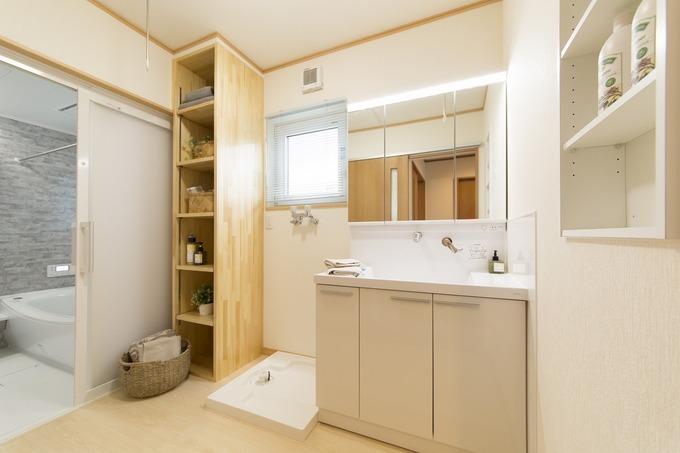 造作棚や壁も収納とし、使い勝手の良い洗面室