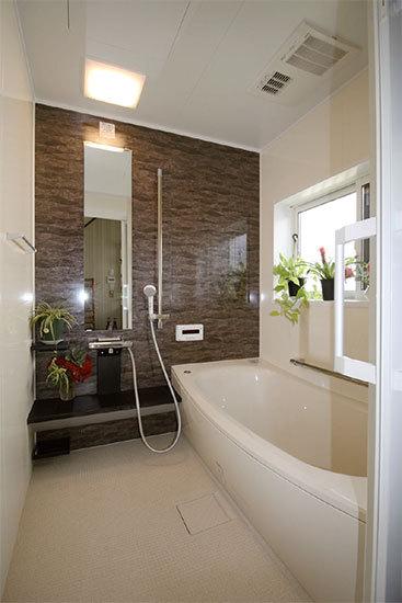 「リフォームが終わって、浴槽が浅くなったところに最初は違和感がありましたが、慣れるとラクです。」