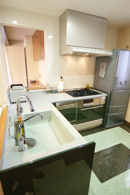 グリーンのタイルがアクセントの開放感溢れるキッチンスペース