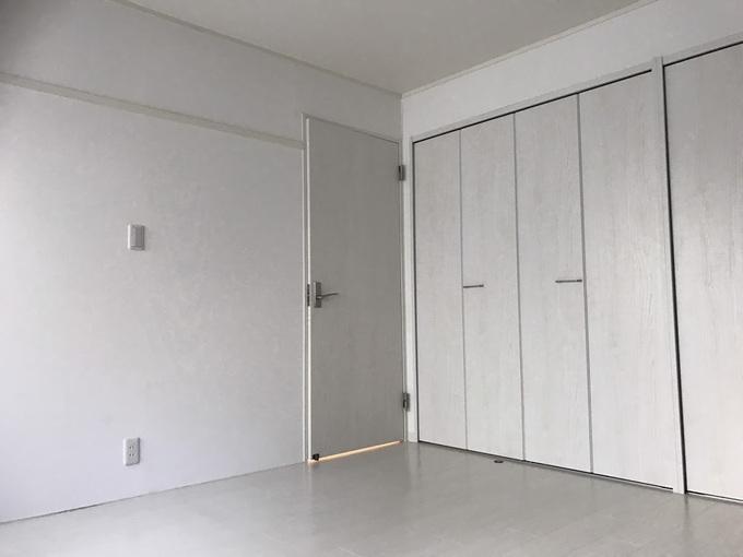 白を基調とした洋室