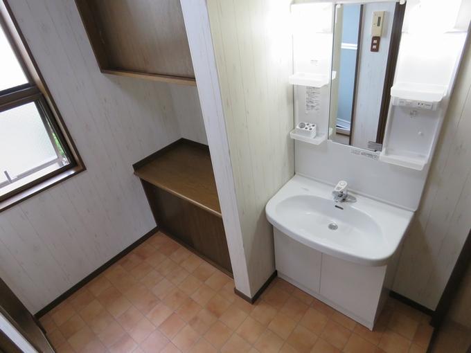 シンプルな形と機能で使いやすい洗面化粧台に交換