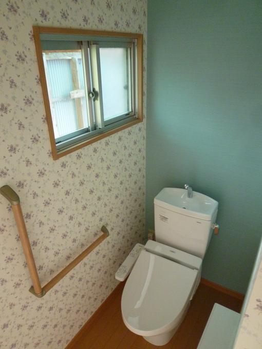 壁紙もかえてトイレを気持ちいい空間に。
