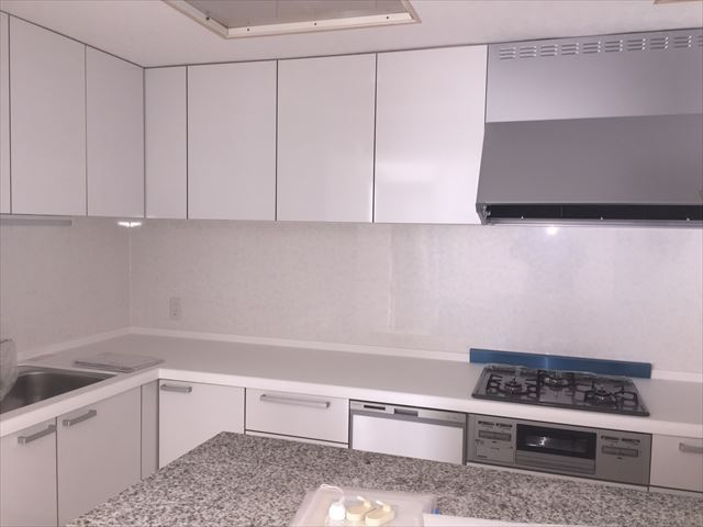 綺麗になったキッチン。全体を白にしたことで明るくなってます。