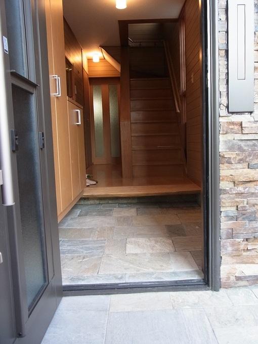 天然石貼の玄関