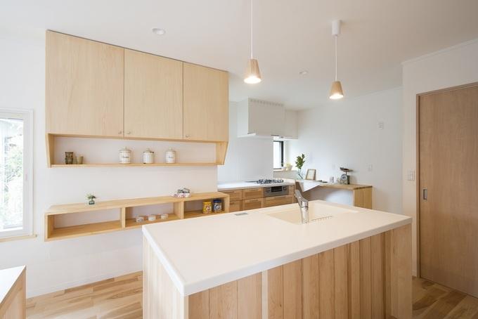 木製アイランドキッチンで明るいキッチンに