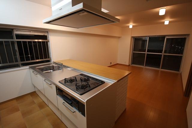 キッチン側から見たLDKです。広々としており調理中の熱のこもりも防げます。