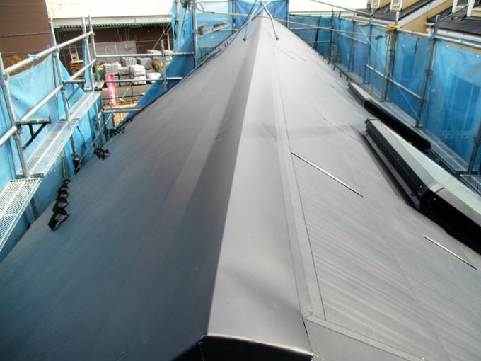 ガルバリウム鋼板の金属瓦をカバー工法で葺き替え!