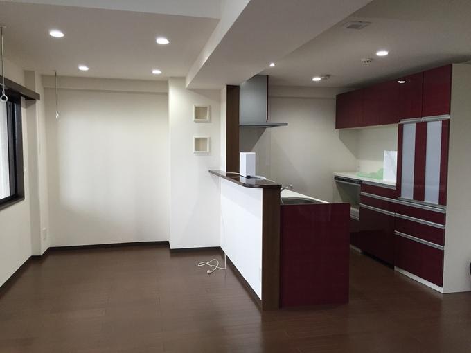 壁を徹去し、対面式の明るいキッチンへ