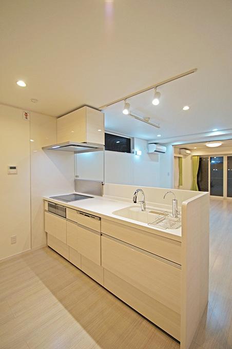 対面式のオープンキッチン。いつでもお子様の様子を見渡すことができます。IHなので安心安全。