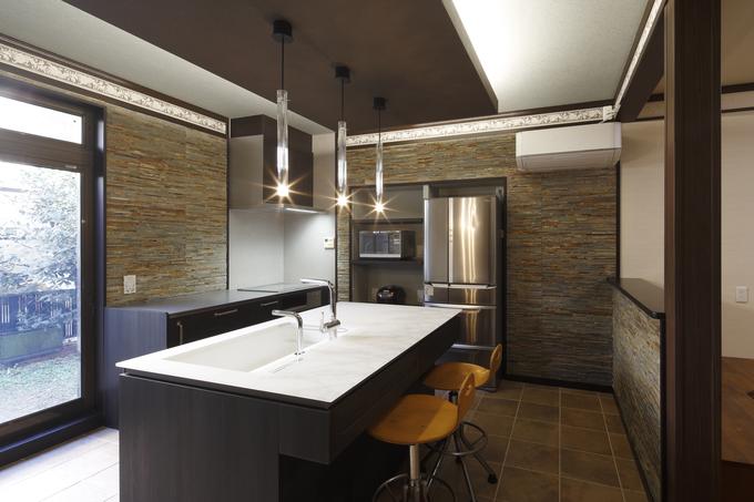 天然石に包まれた空間のフラット対面キッチン