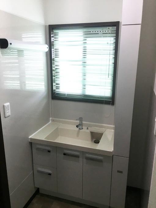 白く清潔感ある洗面台へ