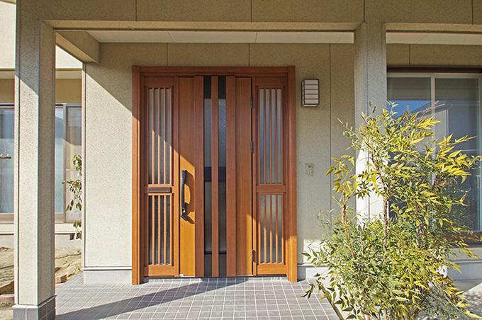 引き戸からドアへ 明るい玄関へリフォーム