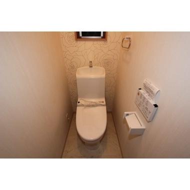 大きなバラ模様のアクセントクロスでトイレも高級感!