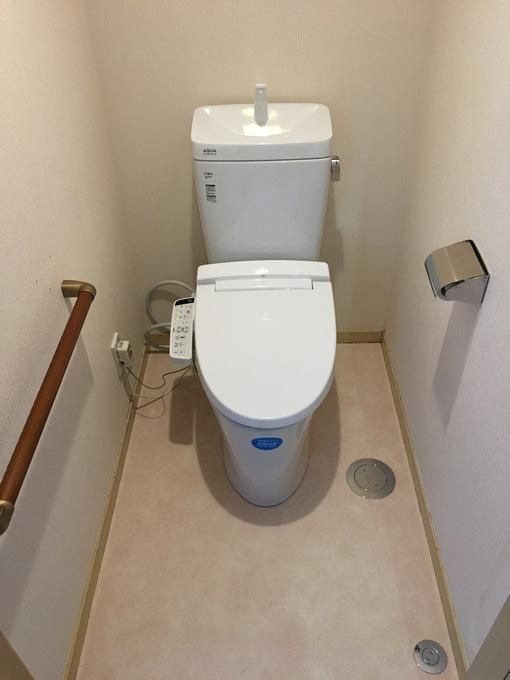 白いトイレで清潔感があり、手すりもついて安心です。