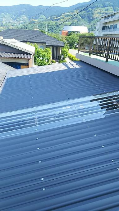 工事後�@  明かり取り部はポリカ製屋根材です。