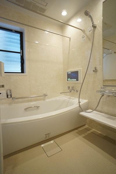 大理石の石壁をイメージした重厚な壁パネルで高級感のある浴室に