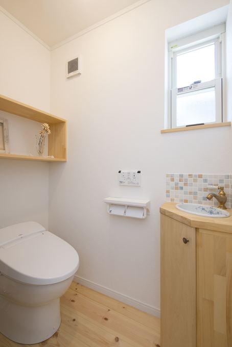 オーダー手洗いが可愛い、収納力のあるトイレ