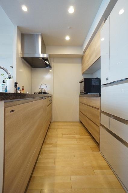 キッチンの面材と合わせたカップボードで統一感のあるキッチンに