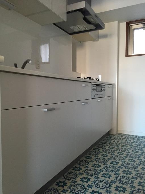 個性的なクッションフロアで、施主様のご希望に沿った形のキッチンに仕上がりました。
