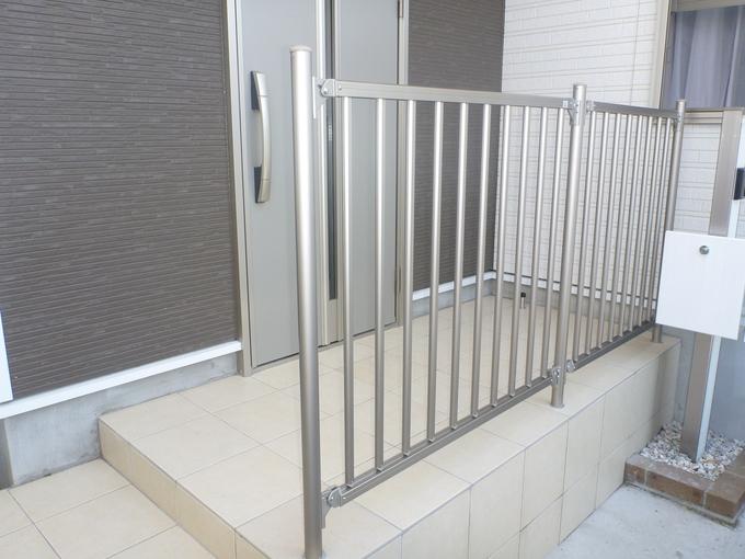 段差のある玄関を小さな子供の為に転落防止柵を