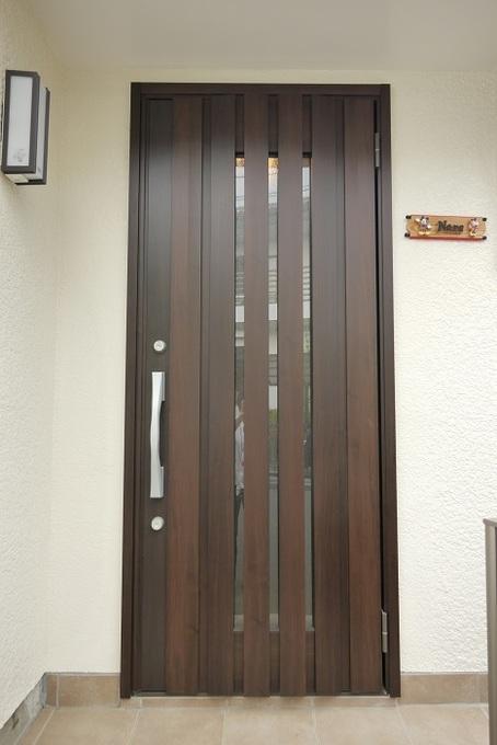 ガラス面が大きくて寒かった断熱タイプの玄関ドアに取替え