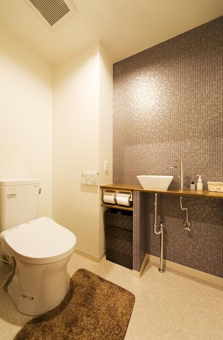 タイル調のクロスと造作カウンターでこだわりあるトイレ