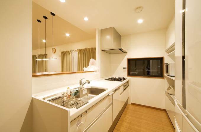 リビングが見渡せる開放的な対面式キッチン