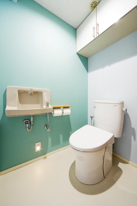 アクセントのブルーが爽やかなトイレ空間