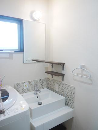 2種類のタイルで洗面化粧室をレトロに演出