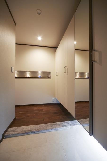 間接照明でモダンな玄関