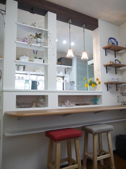 飾り棚やニッチがかわいいカフェ風の対面キッチン