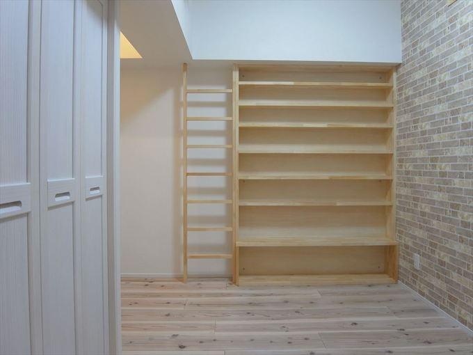 造作の本棚とはしご