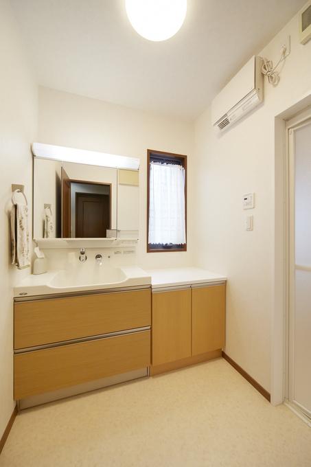 スペースに合わせた収納キャビネットで洗面化粧室に大容量の収納