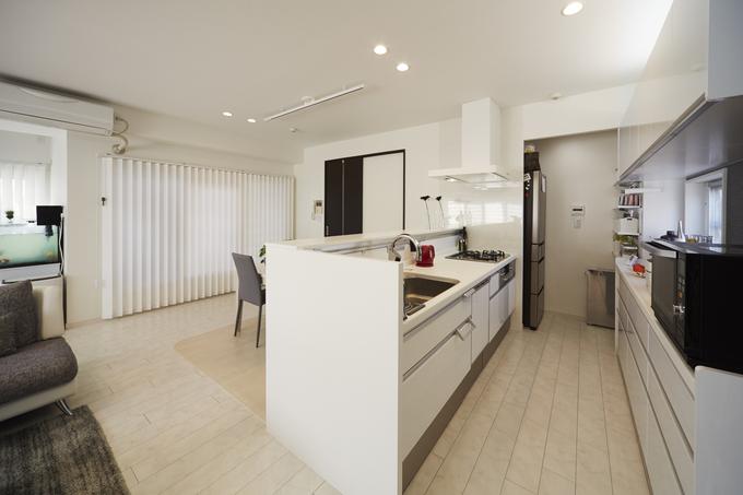 内装に合わせたビューティーホワイト柄扉で開放感のあるキッチン