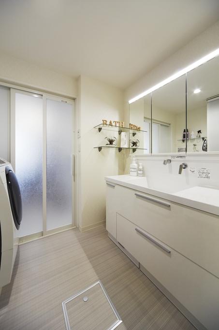 収納スペースも充実したホテルのような洗面化粧台