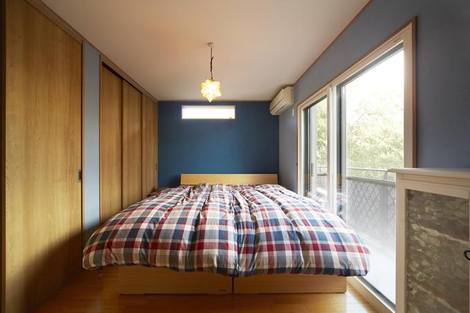 ブルーのクロスが映えるナチュラルテイストの寝室