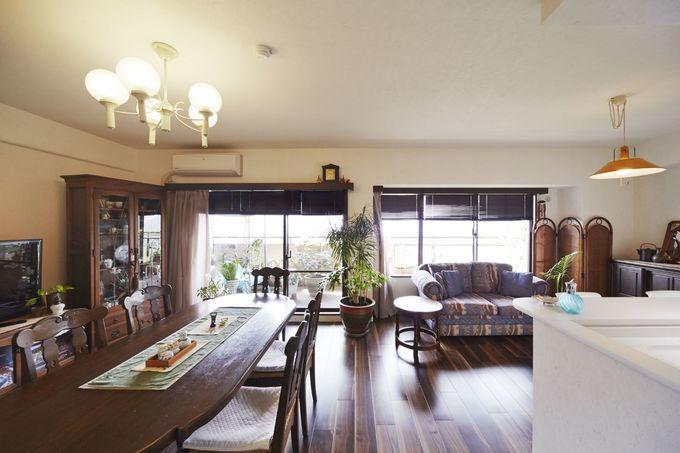 家具や照明と調和した趣のあるリビング