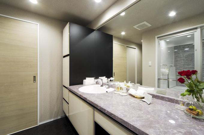 石目調の人造大理石カウンターでラグジュアリーな洗面空間