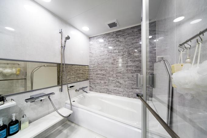 ガラス扉のユニットバスでリゾートホテルのようなバスルーム