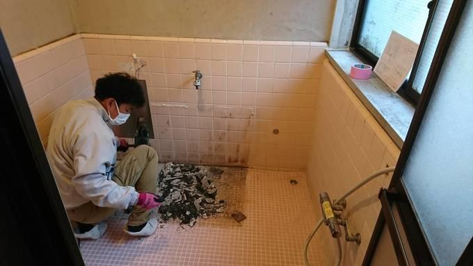 漏水を起こしたタイルの床も剥がして直します。