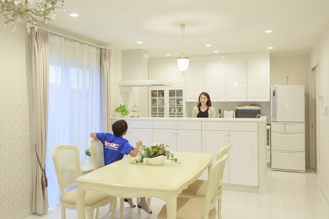 フレンチクラシックなインテリアと調和する優雅な造作キッチン