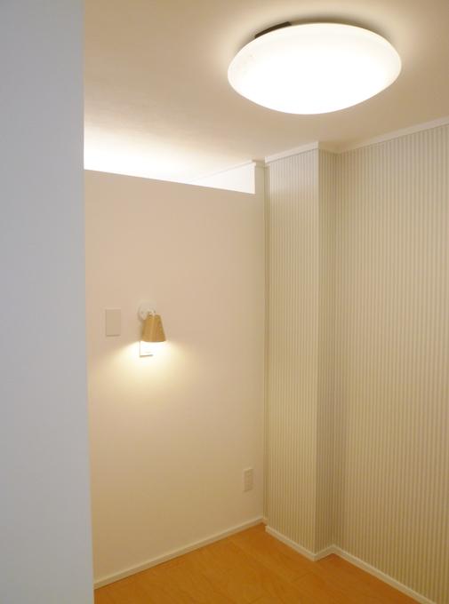 ホテル風の壁紙を使った寝室