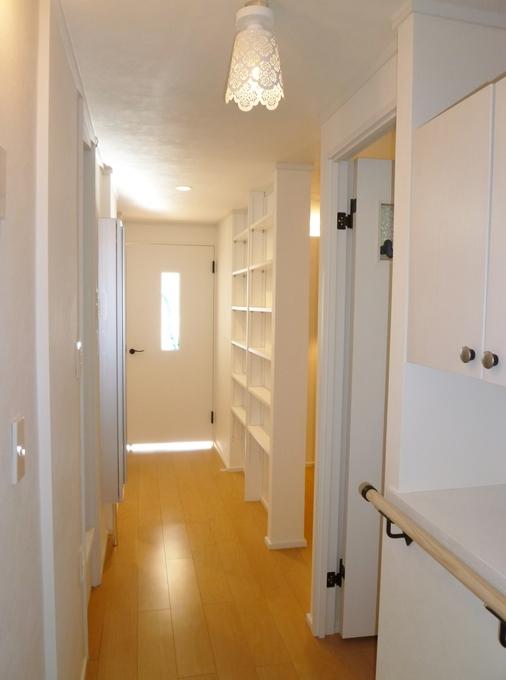収納たっぷり。白を基調にした玄関と廊下。