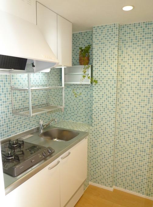 ガラスモザイクタイルを貼ったキッチン