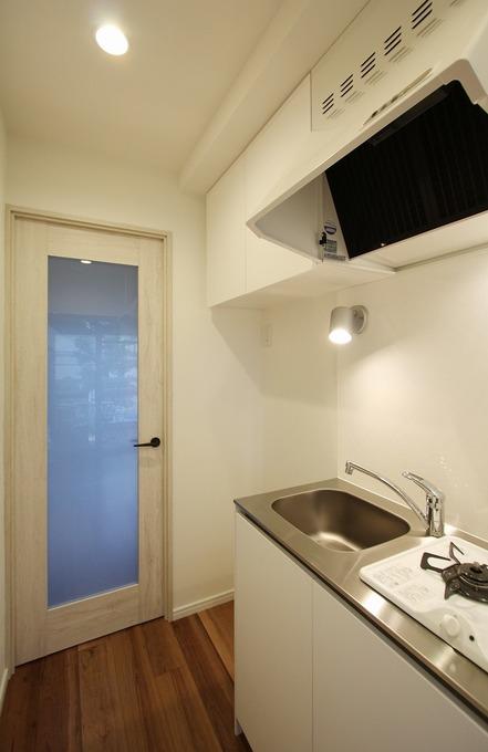 キッチンの手元灯はデザイン性を考えスポットライトを取り付けました。たっぷりと収納も確保しています。