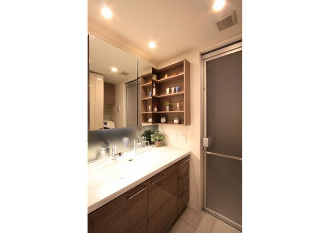 洗面化粧台の扉に合わせたデザインを使うことで統一感が出ます。