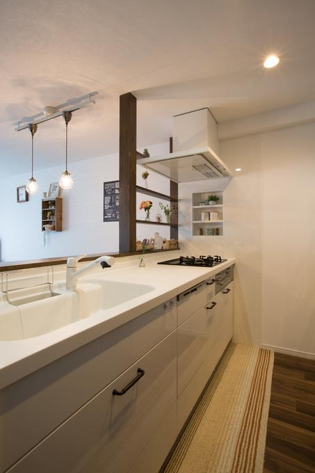 ホワイトでまとめたシンプルナチュラルな対面キッチン